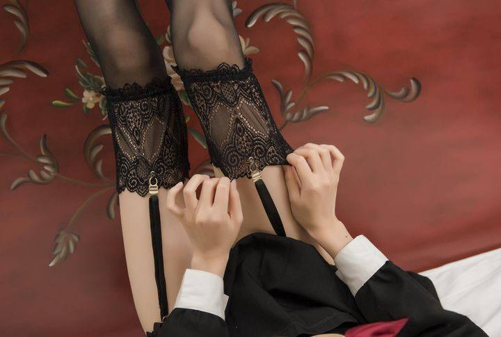 Why do Chinese women often wear pantyhose instead of stockings?
