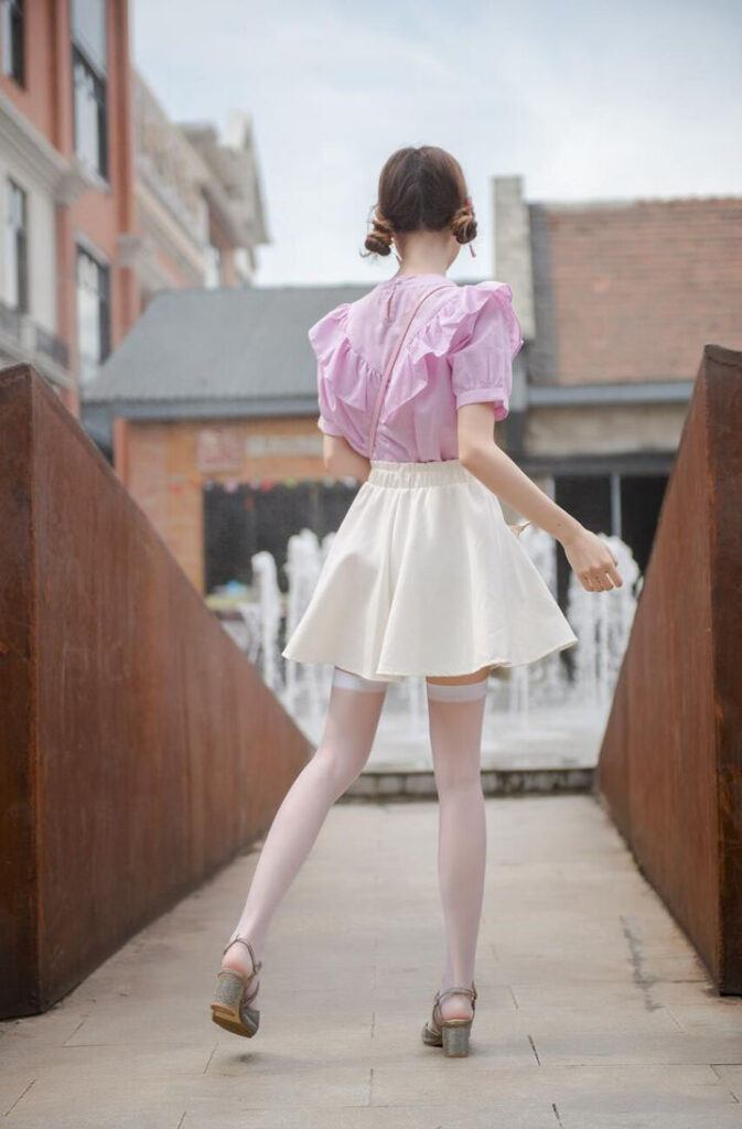 Why do Chinese women often wear pantyhose instead of stockings